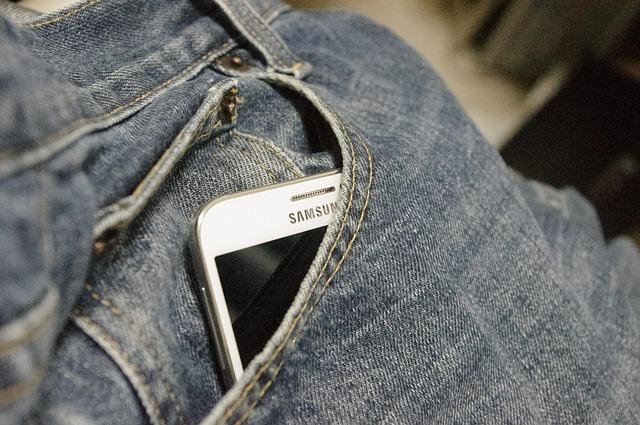 California ii sfatuieste pe utilizatori sa nu-si tina telefoanele in buzunare