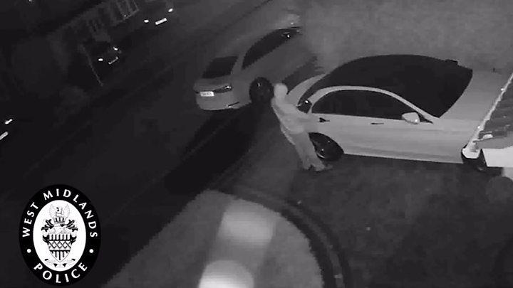 Niste hoti fura un Mercedes in 60 de secunde fara a sparge nimic