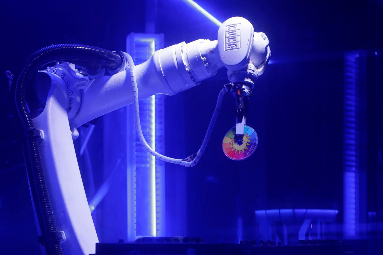 Un robot DJ debuteaza intr-un club din Praga