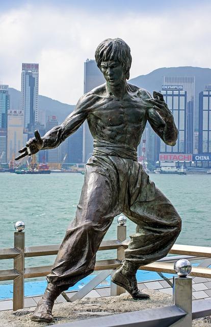 Bruce Lee manuieste niste nunchuck-uri laser