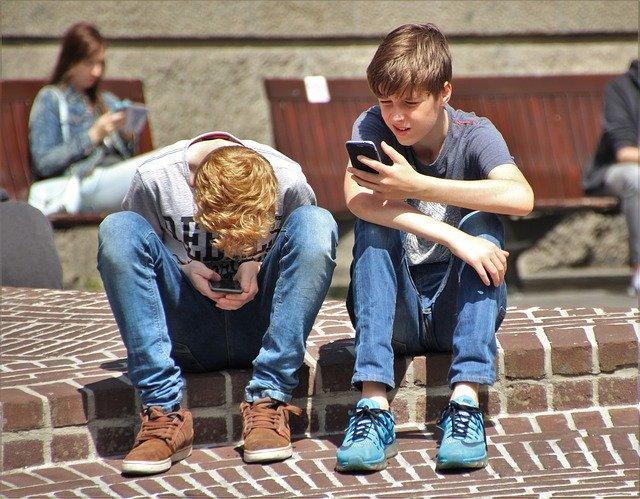 Un elev cere unei scoli sa inceteze confiscarea telefoanelor