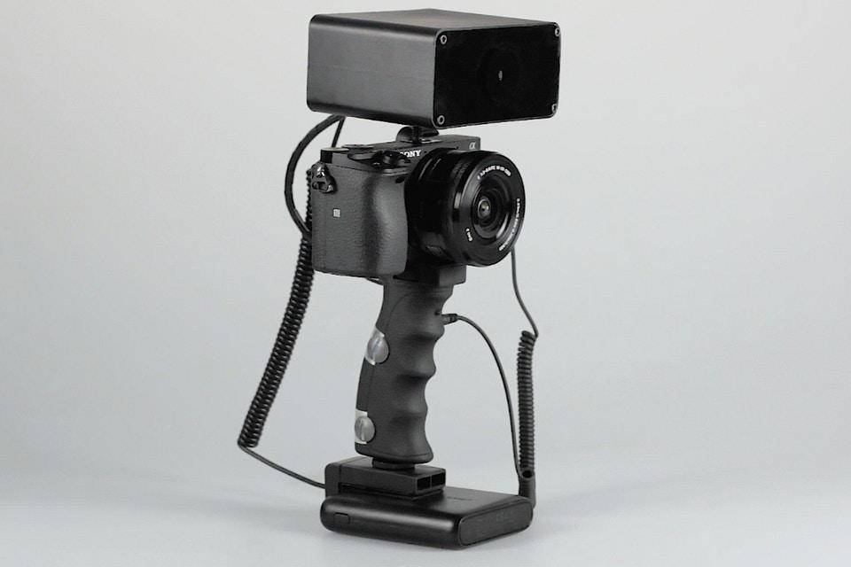 Acest dispozitiv iti transmite socuri electrice pentru a captura fotografii bune