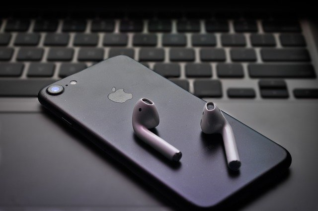 Apple investigheaza afirmatiile conform carora castile AirPods au explodat