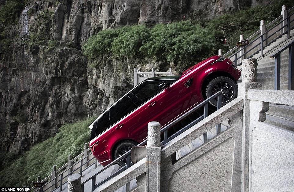 O masina Range Rover a urcat 999 de trepte pe o panta de 45 de grade in China