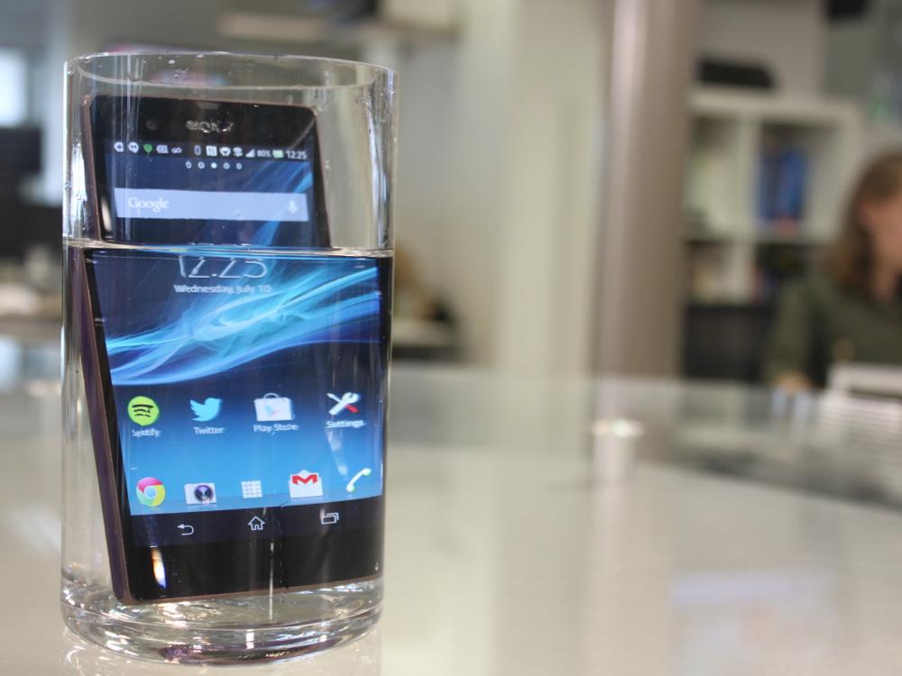 6. Multe telefoane mobile sunt protejate impotriva apei in Japonia, pentru ca adolescentii se folosesc chiar si la dus