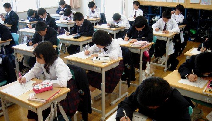 7. Aproape oricine poate scrie si citi in Japonia, alfabetizarea fiind de aproximativ 99%