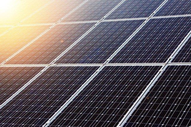 Compania SoftBank construieste cea mai mare ferma solara din lume pentru 200 de miliarde de dolari