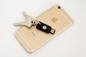 Cum pot folosi utilizatorii de iPhone dispozitivul YubiKey pentru a se autentifica