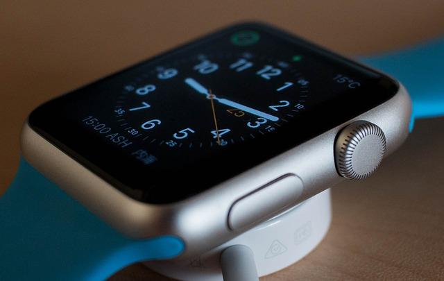 O femeie care-si verifica smartwatch-ul Apple Watch a fost gasita vinovata pentru sofat neatent
