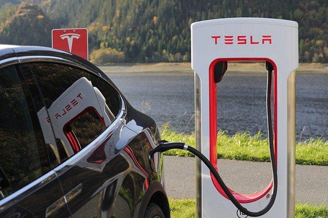 Cand vor putea masinile Tesla sa redea clipuri video