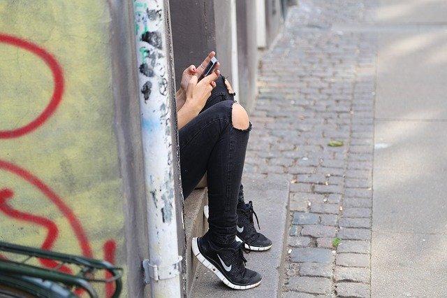 Cati tineri sunt ingrijorati de faptul ca stau prea mult timp pe smartphone-uri