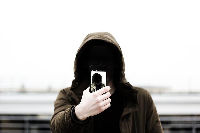 De ce o femeie ar fi cazut de pe o cladire in timp ce captura un selfie