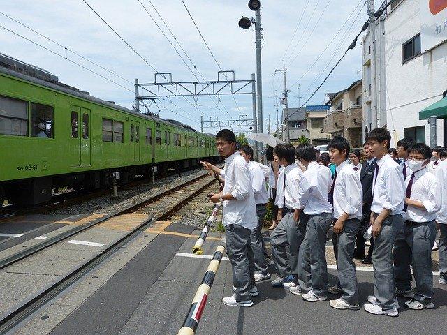 De ce unii elevi din Japonia au probleme cu vederea slaba