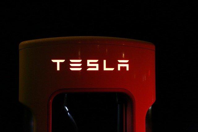 Ce distanta a parcurs o masina Tesla cu soferul dormind la volan
