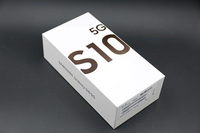 Smartphone-ul Samsung Galaxy S10 e o fiara - preturi si specificatii