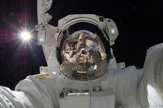 De ce NASA anuleaza iesirea in spatiu numai cu femei
