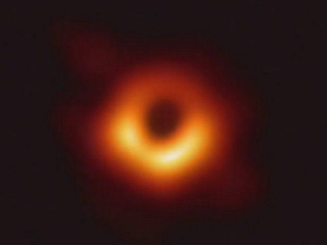 Cum s-a capturat prima fotografie a unei gauri negre din istorie