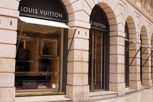 Cum sunt posetele Louis Vuitton echipate cu ecrane flexibile