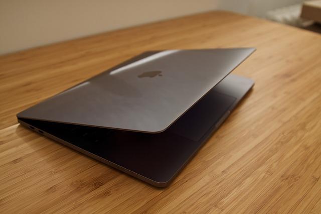 De ce varianta Touch Bar-ului Intel e mai buna decat cea a Apple