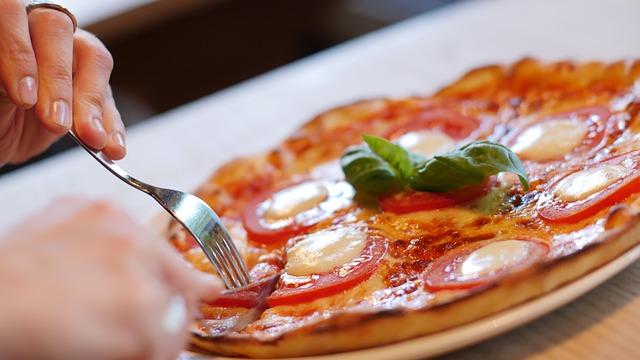Cum sunt carnatii fara carne folositi pentru pizza