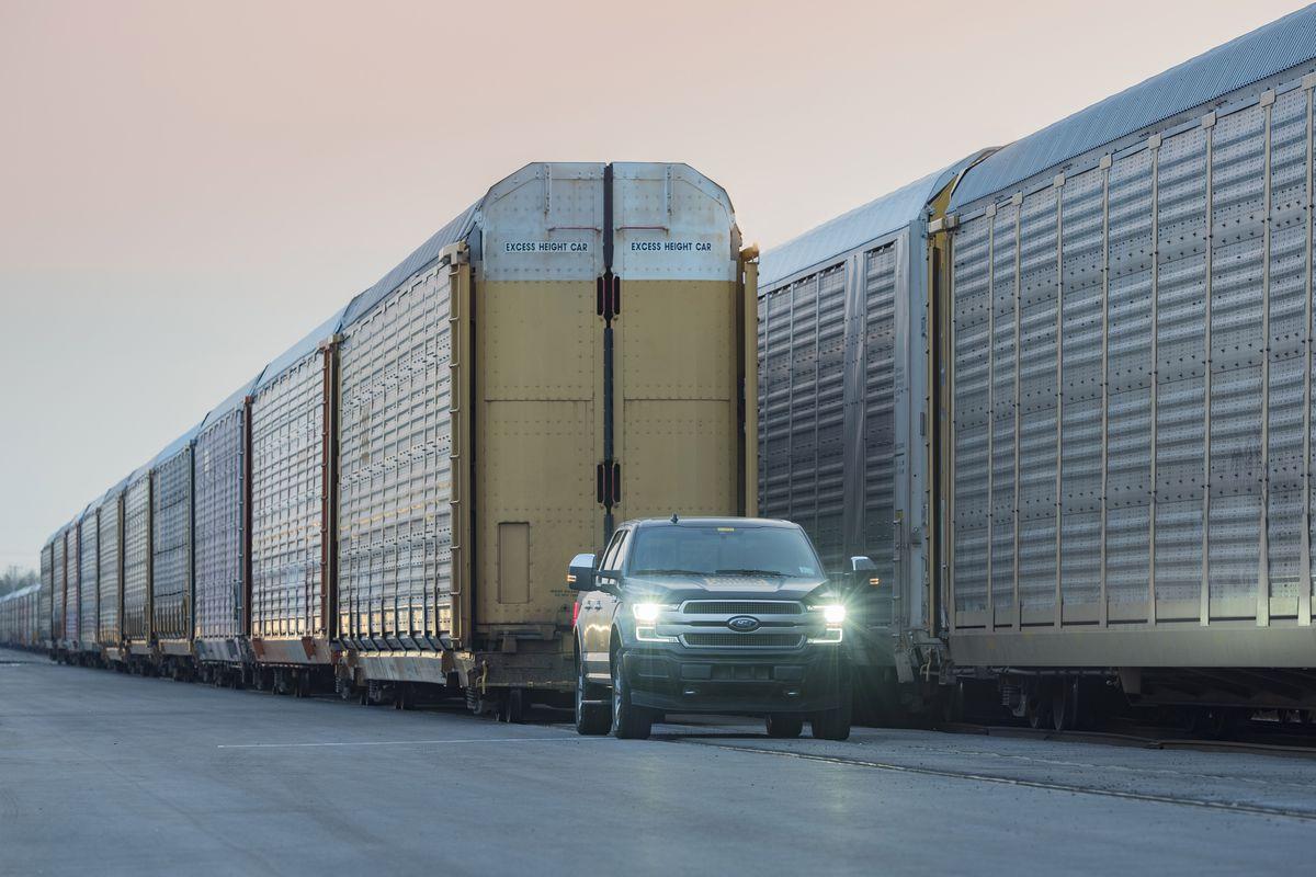 Camioneta electrica care poate trage 10 vagoane de 566 de tone