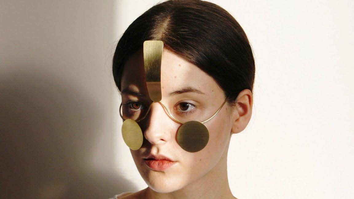 Cum e bijuteria care blocheaza sisteme de recunoastere faciala