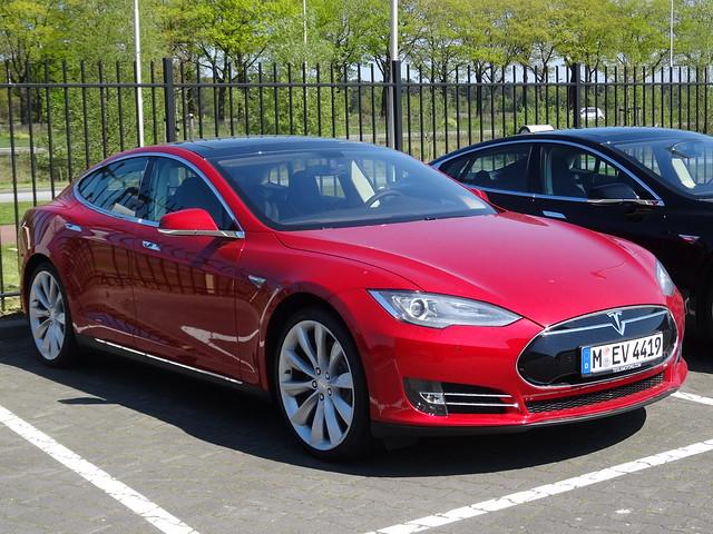 Incredibil! Cum si-a incarcat un cuplu masina electrica Tesla ilegal