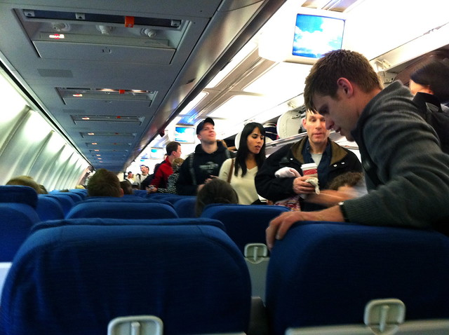 Cum a fost gasit individul care a pus o camera spion in baia unui avion