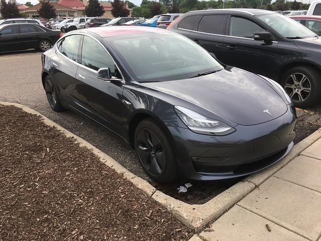 Cum a reusit o femeie sa-si deblocheze masina Tesla Model 3 folosind bratul