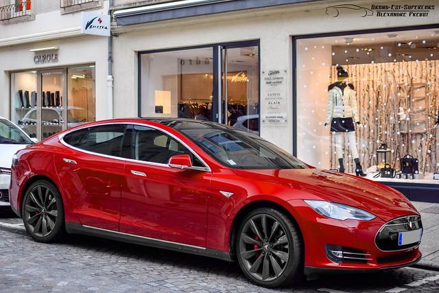 De ce Tesla a limitat autonomia masinilor sale printr-un update software