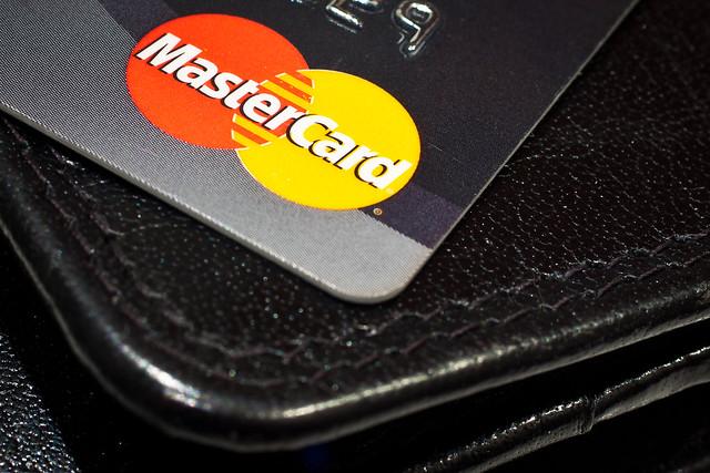 De ce o banca a sters datoriile clientilor sai de carduri de credit