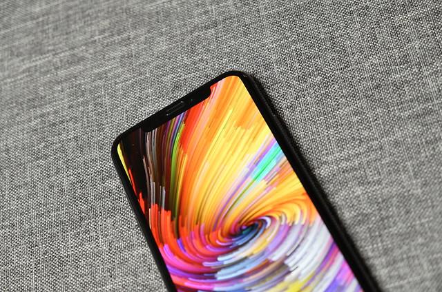 iPhone 11 va avea un ecran similar cu aceste smartphone-uri rivale, spun surse