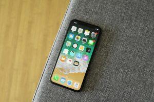 Vezi cum cineva prinde un iPhone X in aer intr-un roller coaster