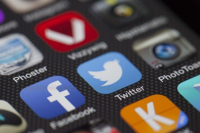 Platforma de socializare Facebook din Statele Unite a interzis doua grupuri care foloseau platforma. Publicatia The Guardian isi acorda meritele pentru aceas