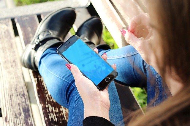 Companiile care ar putea produce pentru smartphone-uri ecrane de 14,1 inci