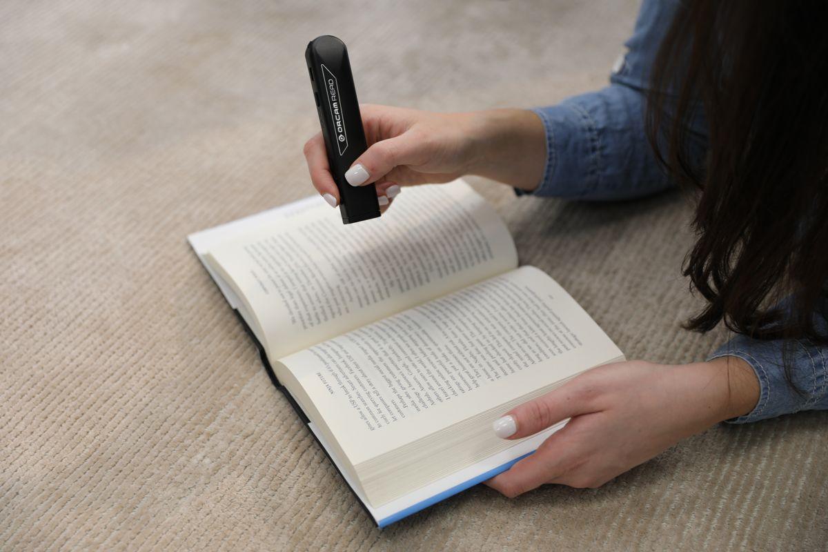 Dispozitivul portabil util pentru citit pentru cei cu deficiente de vedere