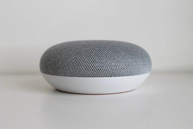 La ce foloseste ajustarea senzitivitatii la ascultare a boxei inteligente Google Home