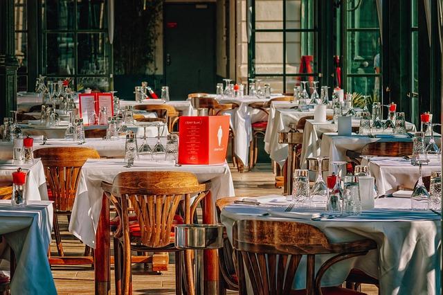 Un restaurant din care tara foloseste roboti pentru distantarea sociala