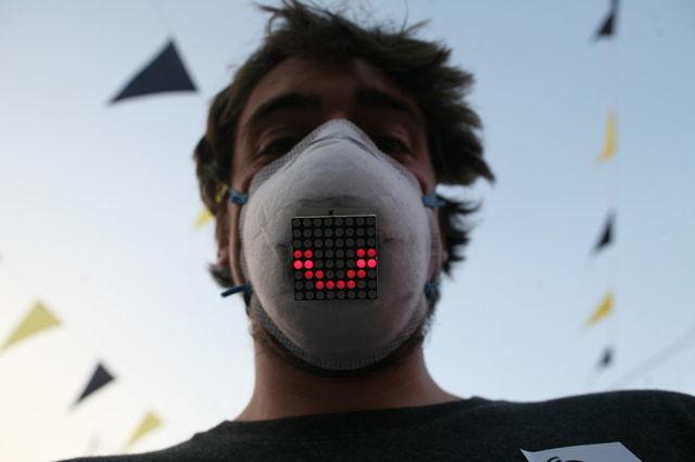 Cum a fost construita aceasta masca medicala care poate arata starile