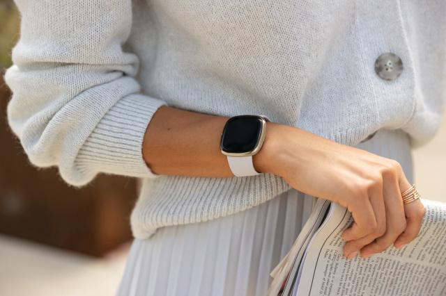 Ce pret are Fitbit Sense - smartwatch pentru sanatate
