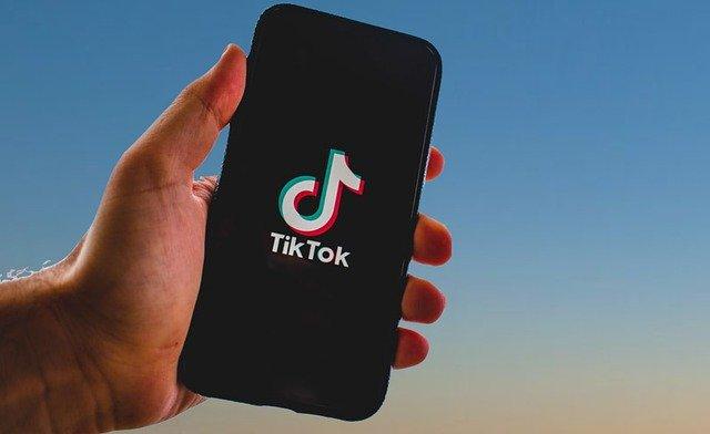 De-asta TikTok a eliminat sute de mii de clipuri video