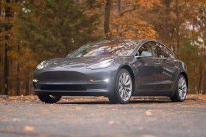 Cum niste hoti ai unei masini Tesla au fost impiedicati de proprietara