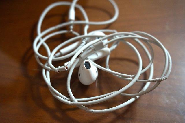 Este sau nu benefica pentru Apple neincluderea accesoriilor cu iPhone 12