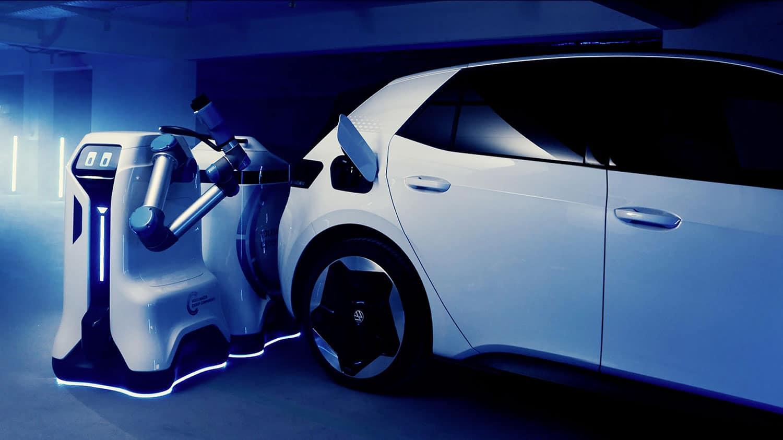 Compania auto cu un robot care incarca masini electrice