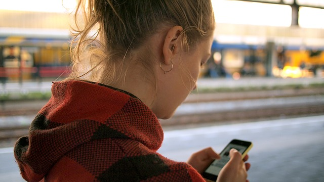 Functia Android care ii alerteaza pe utilizatori sa nu-si foloseasca smartphone-urile in timpul mersului