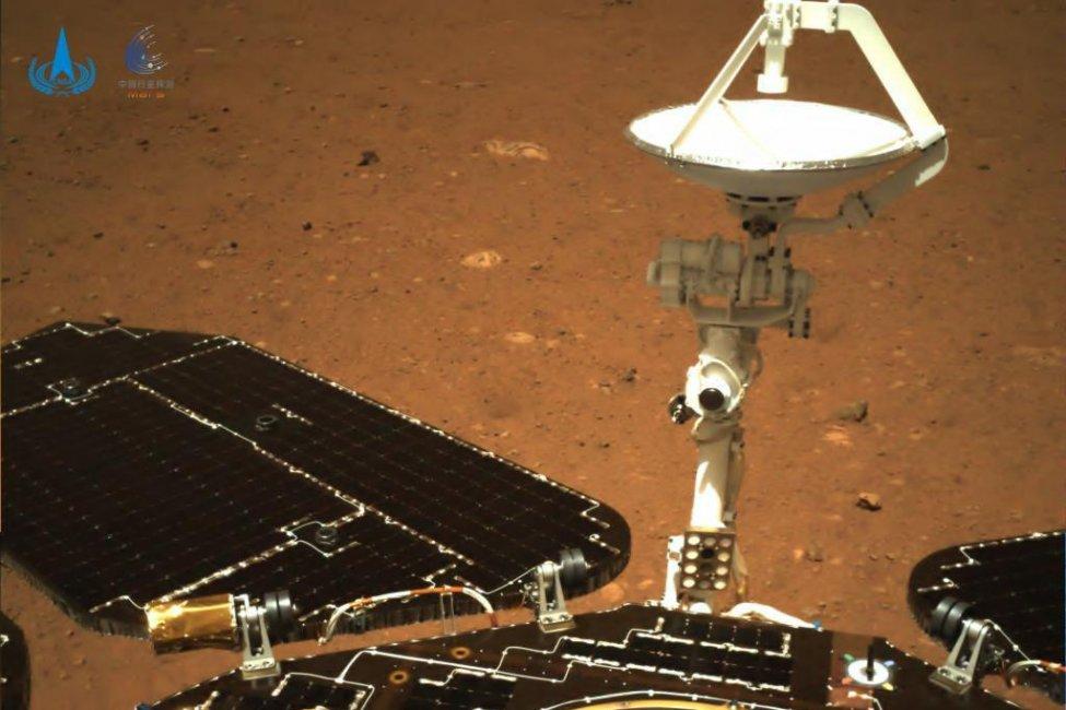 Primele imagini transmise de pe Marte de roverul Zhurong din China