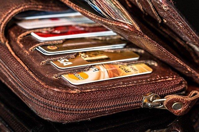 Smartwatch-ul care ar putea fi folosit pe post de portofel, cu carti de identitate si chei