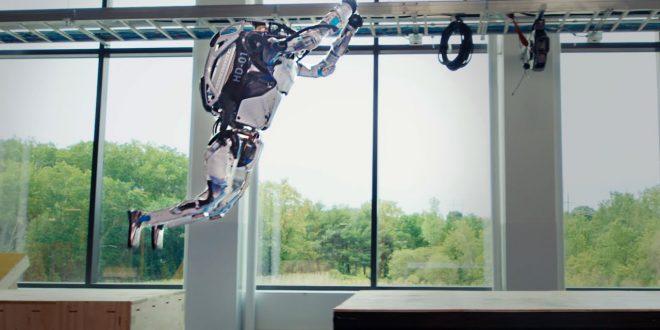 Robotul Boston Dynamics care practica parkour